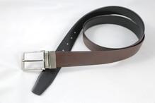 Gürtel aus strukturiertem Leder, von schwarz auf braun wendbar